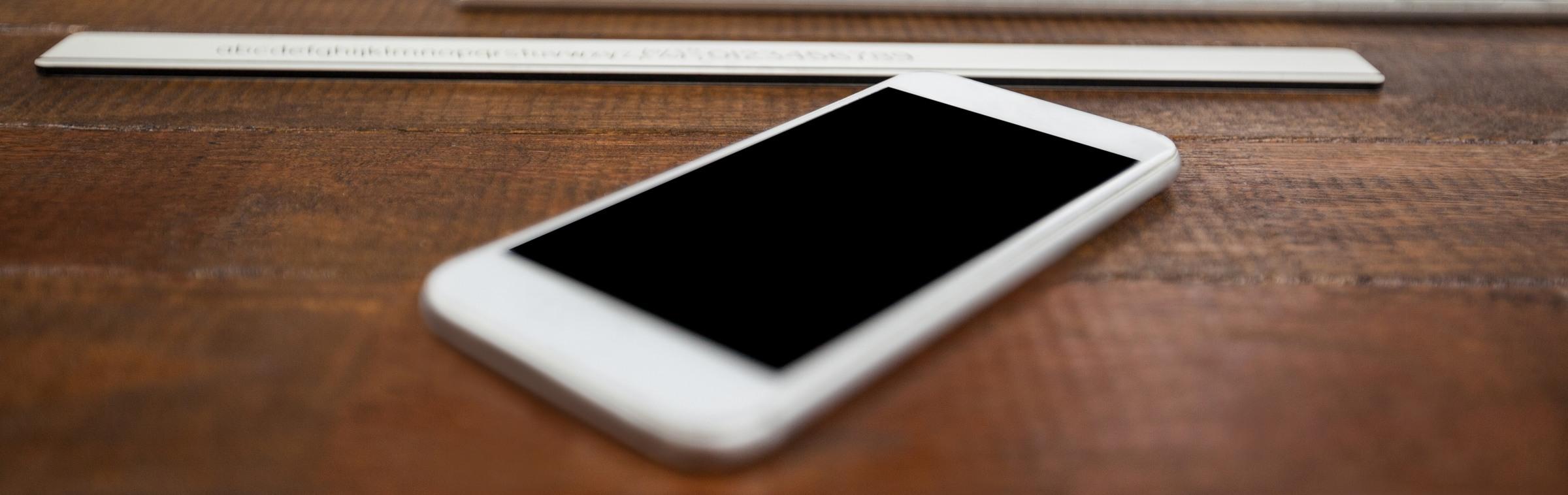 Un téléphone portable pour contacter une agence d'intérim